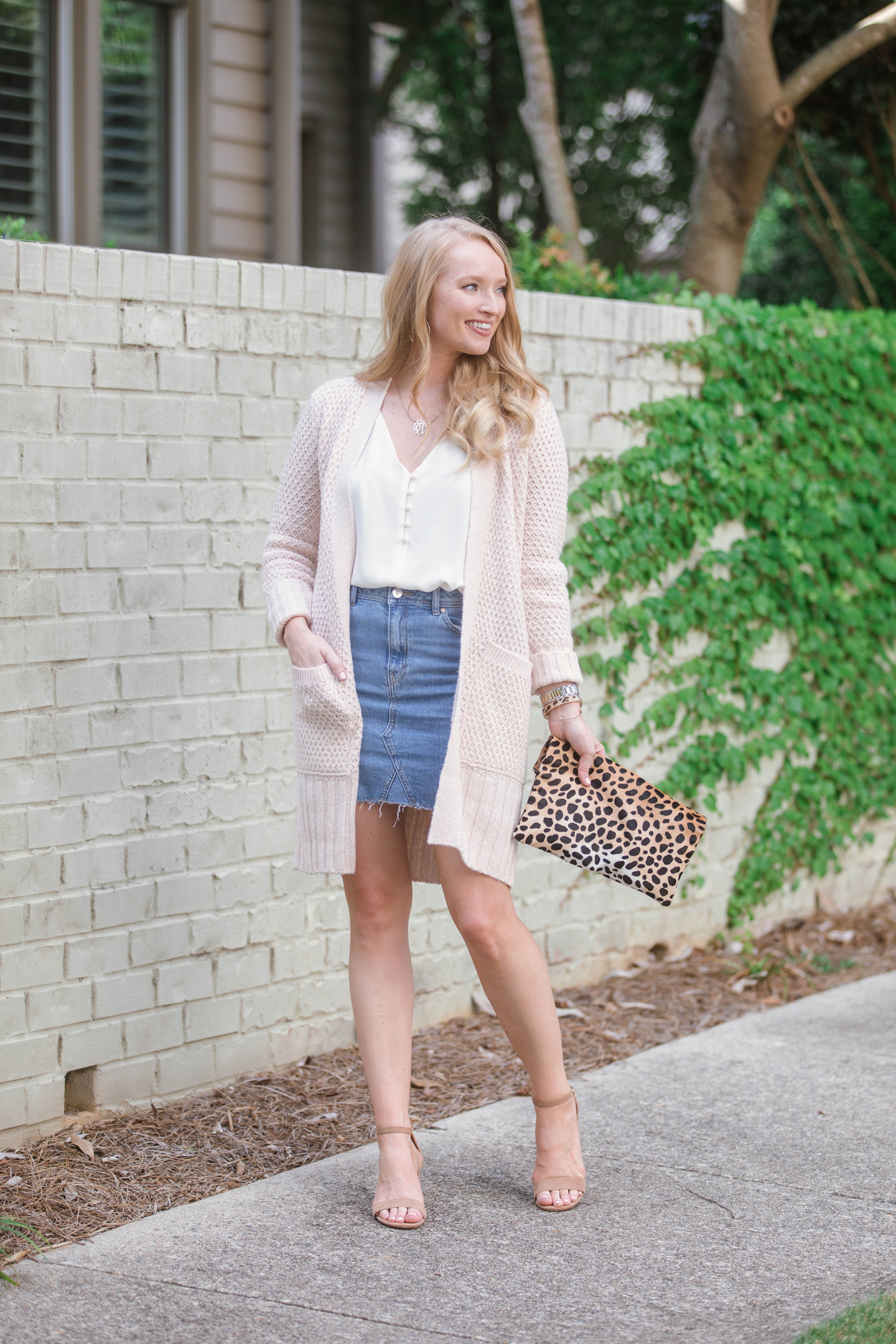 denim-skirt-outfit-ideas-strawberry-chic