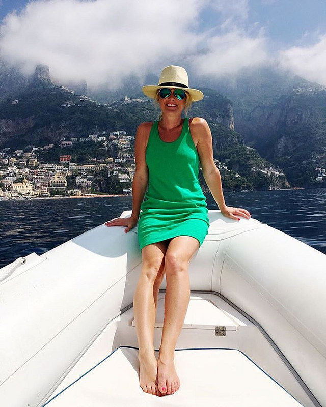 I'm on a boat, y'all! #tbt 🚣😎 This chic little racerback tank dress has accompanied me on every adventure this Summer...and with code REFRESH it's now on sale for $30! 👊 I'm dying to grab another one, but can't choose between coba