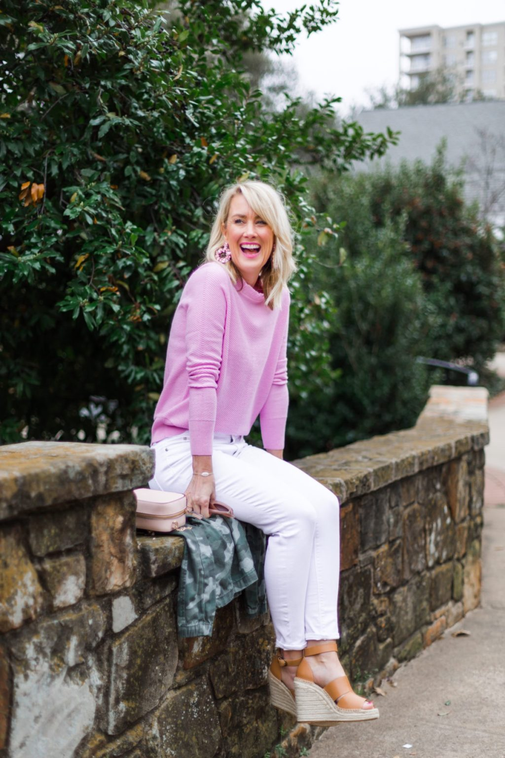 white jeans pink sweater spring summer outfit idea for women